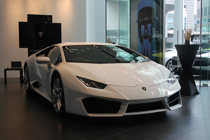 lamborghini huracan lp 580 2 oversteers into the heart of marina singapore. Black Bedroom Furniture Sets. Home Design Ideas